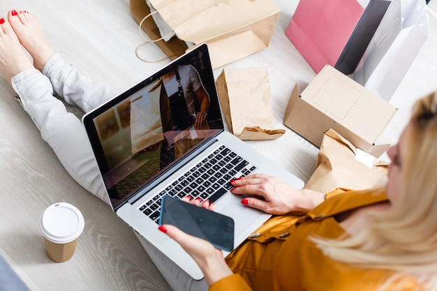 Close-up vrouw zitten gebruik creditcard betalen voor voedsel online bestelling op laptopcomputer in toevoegen aan winkelwagen functie webpagina thuis, digitale marketing concept.digitale levensstijl leven