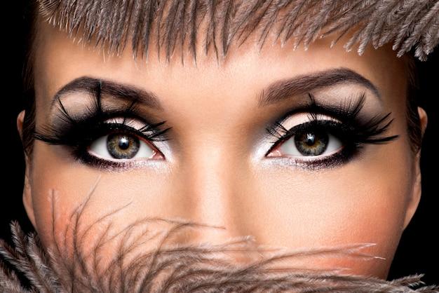 Close-up vrouwelijk oog met mooie mode make-up met lange valse eyelashe