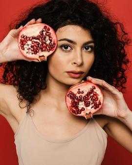 Close-up vrouwelijke granaatappel