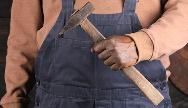 Close-up vuile handen van een slotenmaker