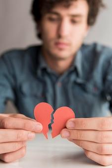 Close-up wazig man met gebroken hart