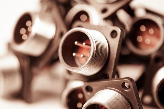 Close-up wazige metalen stopcontacten voor stekkers