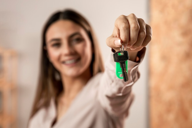 Close-up wazige vrouw met sleutels