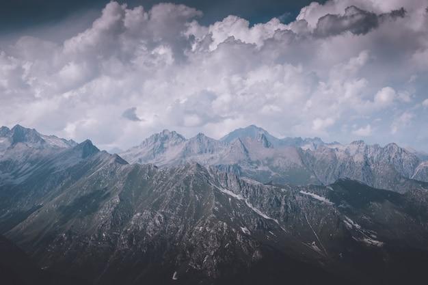 Close-up weergave bergen scènes in nationaal park dombai, kaukasus, rusland, europa. zomerlandschap, zonneschijn, dramatische blauwe lucht en zonnige dag