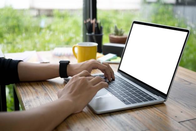 Close-up weergave man handen typen op laptopcomputer.