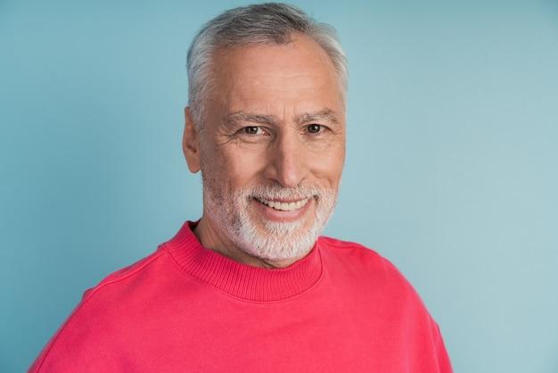 Close-up weergave, senior man die lacht het dragen van een lichte trui.