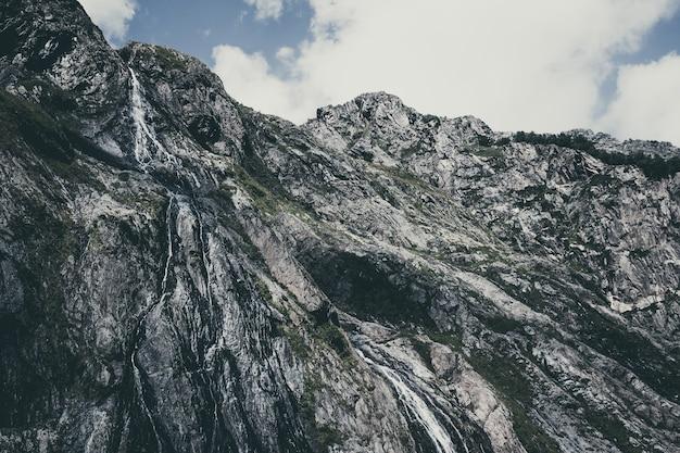 Close-up weergave waterval scènes in bergen, nationaal park dombai, kaukasus, rusland, europa. zomerlandschap, zonneschijn, dramatische blauwe lucht en zonnige dag
