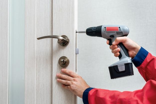 Close-up werknemer hand met schroevendraaier montage slot