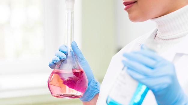 Close-up wetenschapper houden ballon fles