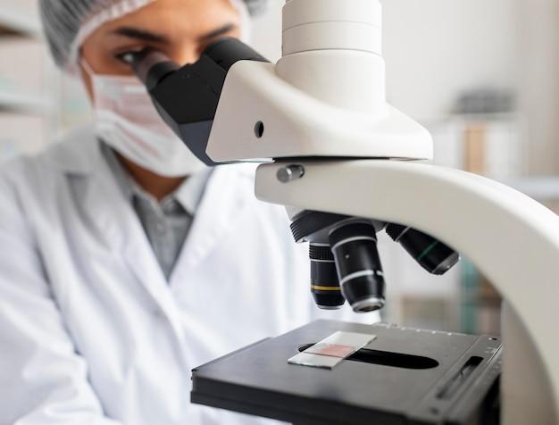 Close-up wetenschapper kijken naar glasplaat