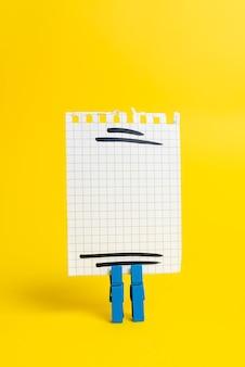 Close-up wit puzzelpatroon puzzelstukjes die moeten worden verbonden met ontbrekend laatste stukje gepositioneerd op a
