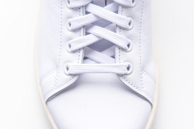 Close-up witte sneakers, laars, schoen met schoenveters, sportschoenen