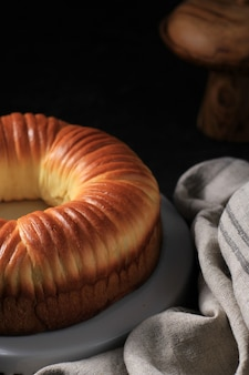 Close up wool bread is zoet brooddeeg met ronde vorm als een klodder wollen draad. gevuld met chocolade en geraspte kaas. geserveerd in wit bord, donkere achtergrond