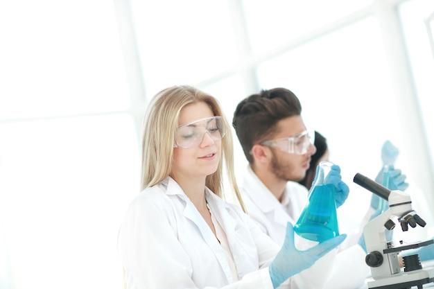 Close up.young wetenschappers experimenteren met vloeistof. wetenschap en gezondheid