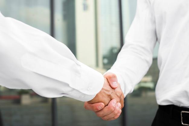 Close-up zakenlieden handen schudden