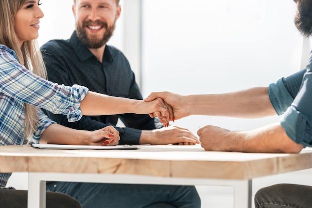 Close-up zakenman en zakenvrouw handen schudden foto met een kopie van de ruimte