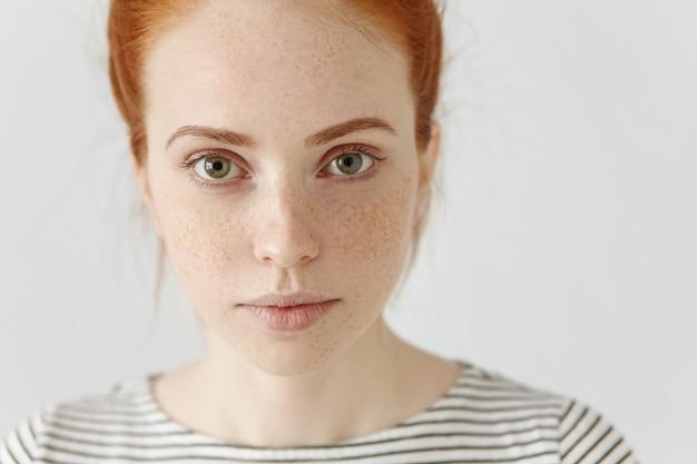 Close-up zeer gedetailleerd portret van verbazingwekkende charmante jonge europese vrouw met rood haar