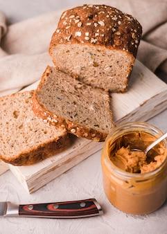 Close-up zelfgebakken brood met pindakaas