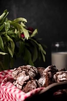 Close-up zelfgemaakte chocolade koekjes op tafel
