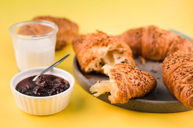 Close-up zelfgemaakte croissants met jam
