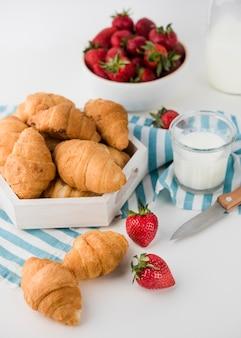 Close-up zelfgemaakte croissants op tafel