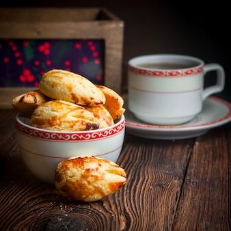 Close-up zelfgemaakte koekjes met kopje thee op houten tafel