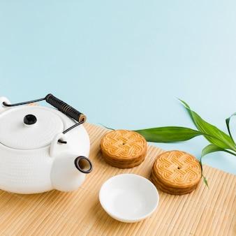 Close-up zelfgemaakte koekjes met theepot op tafel