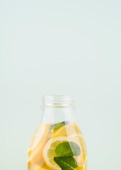 Close-up zelfgemaakte limonade met munt