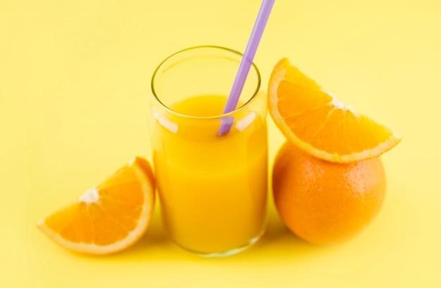 Close-up zelfgemaakte sinaasappelsap klaar om te worden geserveerd