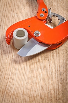 Close-up zicht op pijpsnijder met gesneden plasticqal pijp