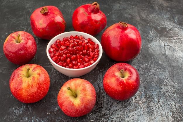 Close-up zijaanzicht granaatappels granaatappels appels rond zaden van granaatappel