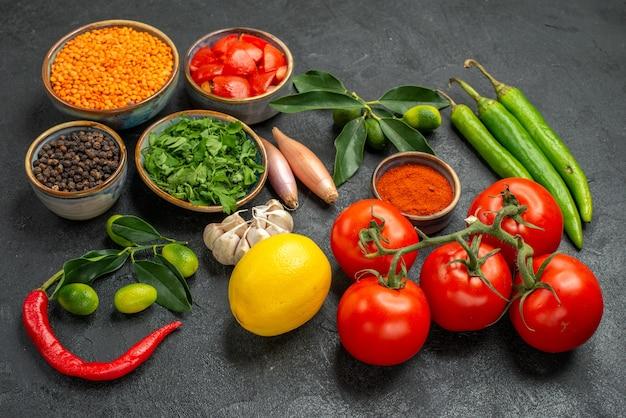 Close-up zijaanzicht kruiden linze kruiden kleurrijke groenten