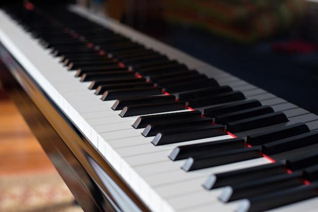 Close-up zijaanzicht van piano