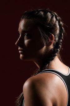 Close-up zijwaarts portret van een vrouw met vlechtkapsel