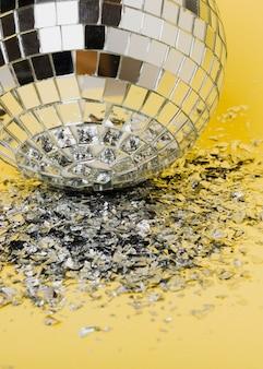 Close-up zilveren lichten van een kerstmisbal en een verbrijzeld glas