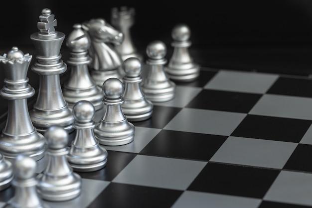 Close-up zilveren schaak op het schaakbord