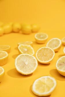 Close-up zure plakjes citroen