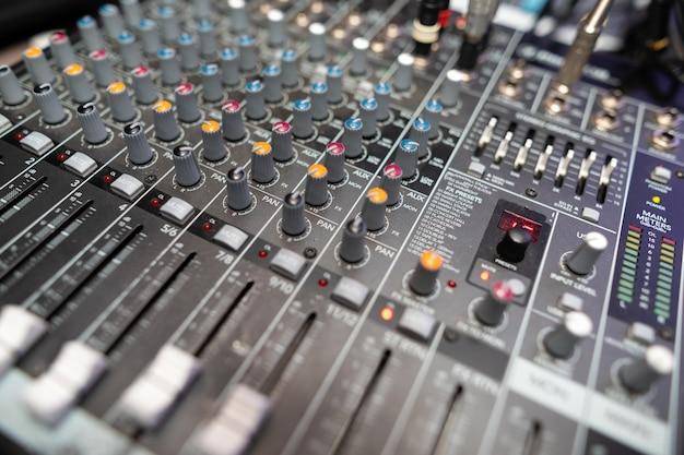Close-upapparatuur bij de disco in de club