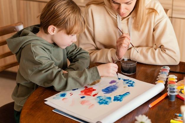 Close-upartiesten die binnenshuis schilderen