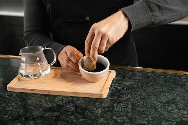 Close-upbarista die koffie voorbereidt