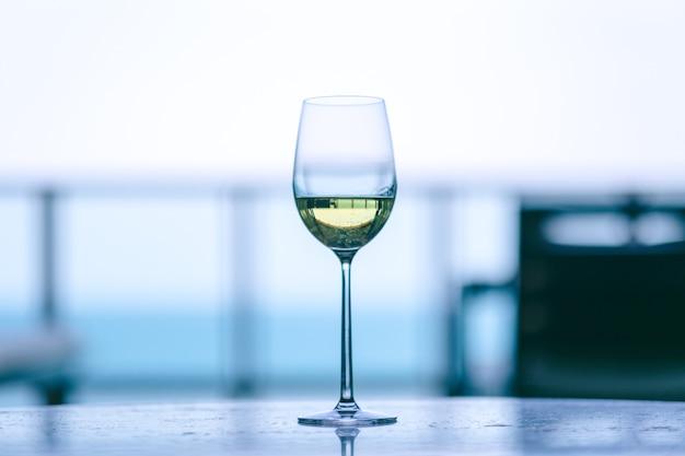 Close-upbeeld van champagne in een wijnglas met onscherpe achtergrond