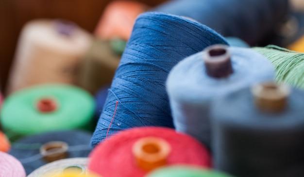 Close-upbeeld van diverse kleurendraden