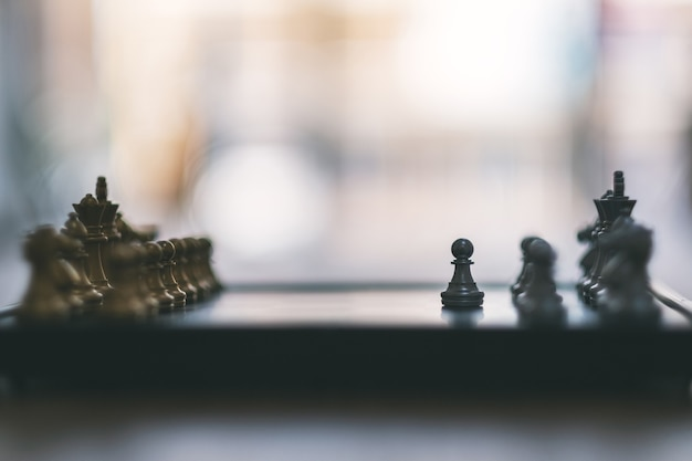 Close-upbeeld van een zilveren en gouden kleurenschaakspel op schaakbord