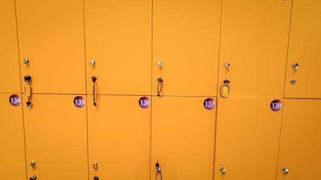 Close-upbeeld van gele kluisjes in de kleedkamer bij gymnastiek