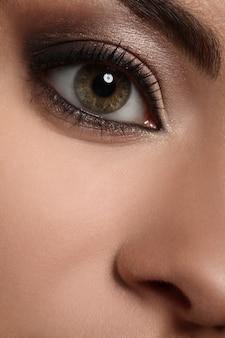 Close-upbeeld van het oog van de vrouw