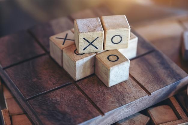 Close-upbeeld van houten tic tac toe-spel of ox-spel in een doos