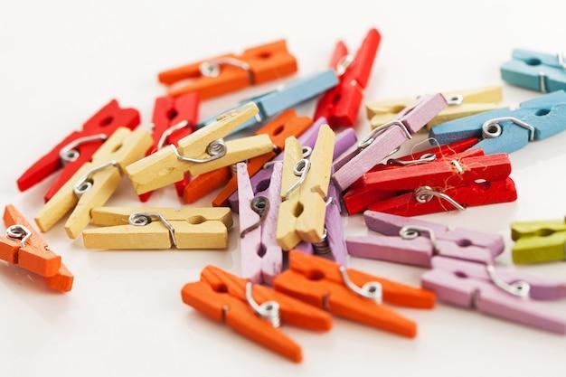 Close-upbeeld van kleine heldere wasknijpers
