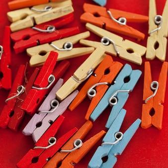 Close-upbeeld van kleurrijke bureauwasknijpers