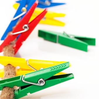 Close-upbeeld van kleurrijke wasknijpers op een koord