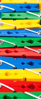 Close-upbeeld van kleurrijke wasknijpers